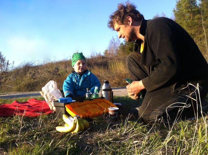 Hannes och Mikael på picknick